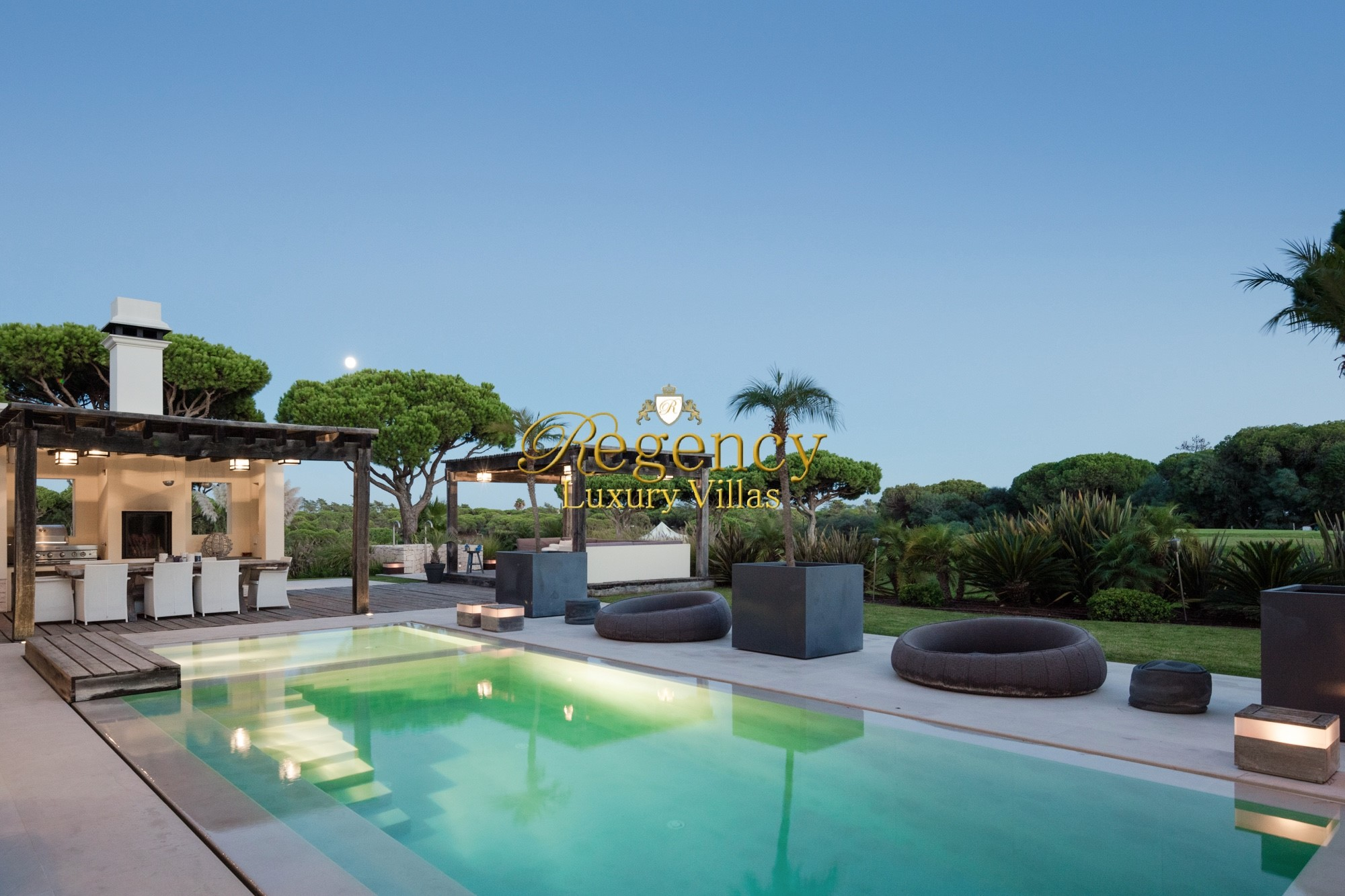 Vale Do Lobo Villas to rent, offering 6 bedrooms  and stunning pool and sauna